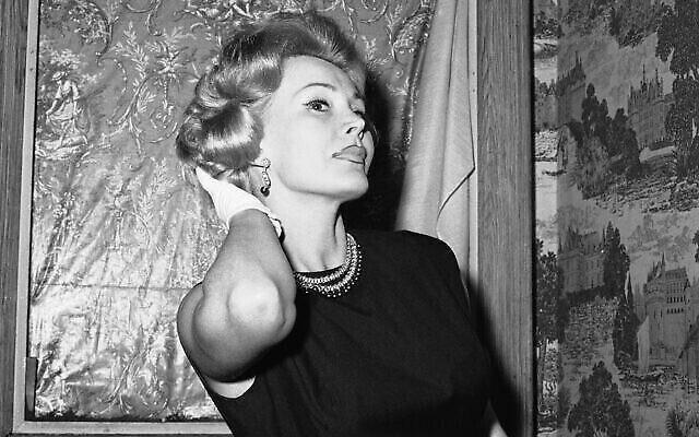 Zsa Zsa Gabor sort de chez son coiffeur à  New York, le 10 mai 1958. (Crédit :  AP Photo/John Lent)