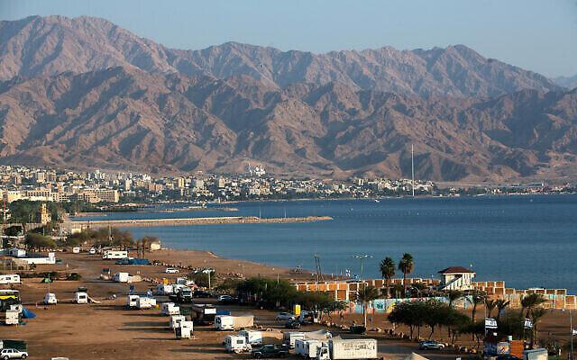 Vue de la ville jordanienne d'Aqaba, vue depuis la ville israélienne d'Eilat. Le 10 novembre 2019. (Crédit : Moshe Shai/FLASH90)