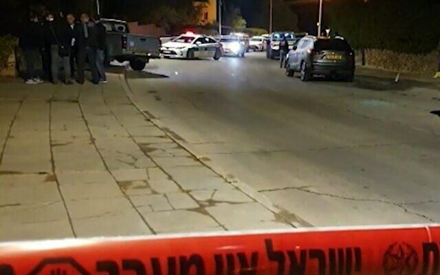 La scène à Arad où un homme a abattu un autre homme qui, selon lui, essayait de voler sa voiture, le 29 novembre 2020 (Crédit : capture d'écran/Walla).