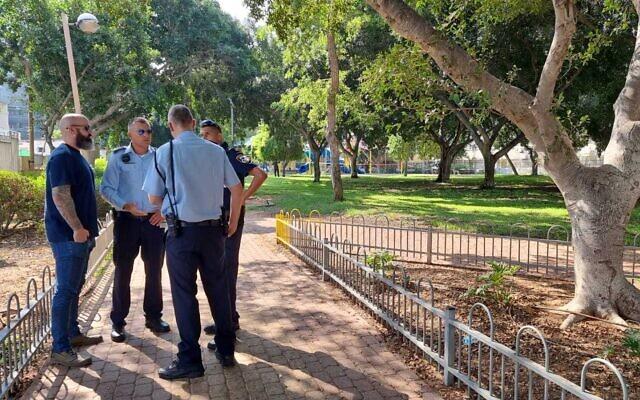 La police sur les lieux où le corps d'un homme a été retrouvé dans un parc d'Ashdod, le 15 juillet 2021 (Crédit : police israélienne).