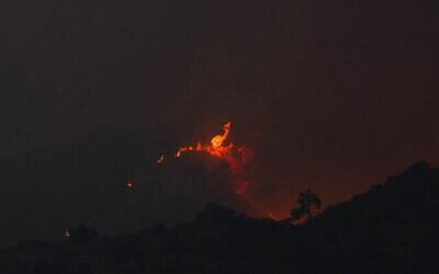 Un incendie dans la région montagneuse de Larnaca, à Chypre, le 3 juillet 2021. (Crédit : AP Photo/Petros Karadjias)