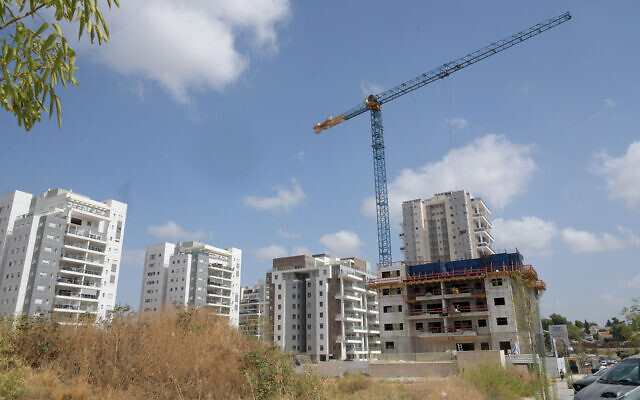 Un chantier de construction de nouveaux logements résidentiels à Be'er Yaakov, dans le centre d'Israël, le 26 mars 2020.(Crédit: Flash90)