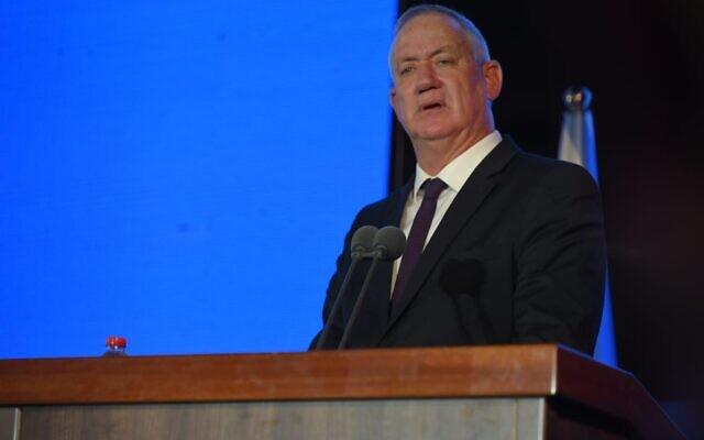 Le ministre de la Défense, Benny Gantz, prend la parole lors d'une cérémonie de remise des diplômes du Collège de la défense nationale d'Israël, à l'extérieur de Tel Aviv, le 14 juillet 2021. (Crédit : Forces de défense israéliennes)