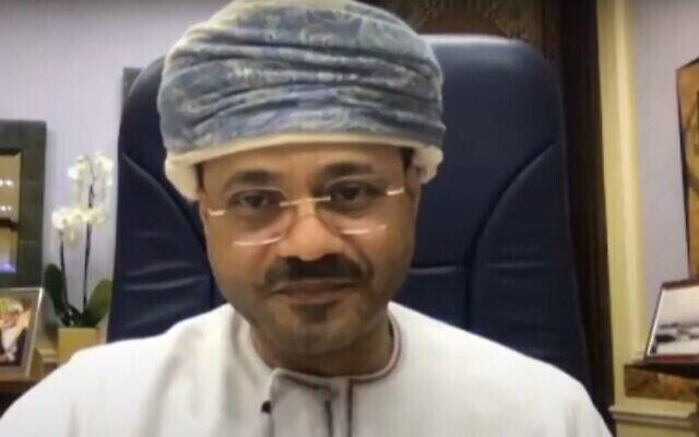 Le ministre des Affaires étrangères d'Oman, Sayyid Badr bin Hamad bin Hamood Al Busaidi, interviewé le 11 février 2021 (Crédit : Screen Grab/Atlantic Council)