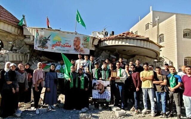 Des étudiants de l'Université Birzeit visitent la maison démolie de Muntasir Shalabi à Turmus Ayya le 14 juillet 2021.(Crédit : courtoisie)