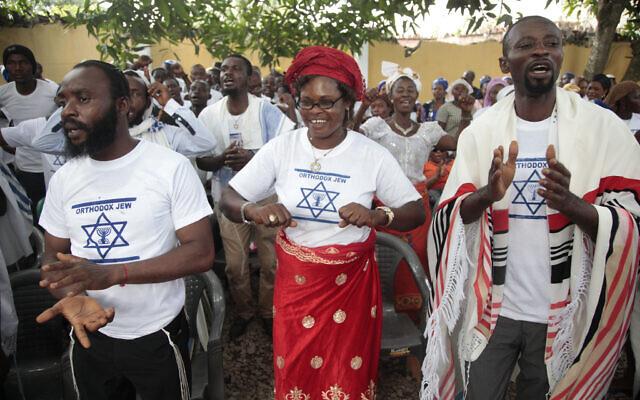 Illustration : Des membres du mouvement séparatiste biafrais chantent et tapent dans leurs mains alors qu'ils se rassemblent lors d'un événement à Umuahia, au Nigeria, le 28 mai 2017. (Crédit : AP Photo/Lekan Oyekanmi)