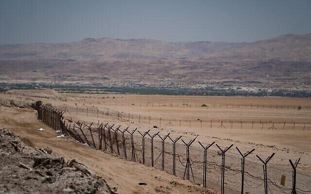 Vue de la frontière entre Israël et la Jordanie, dans la vallée du Jourdain, en Cisjordanie, le 17 juin 2020. (Crédit : Yaniv Nadav/Flash90)