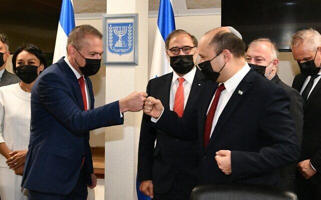 Le Premier ministre Naftali Bennett (à droite) salue l'envoyé d'Israël aux Etats-Unis et à l'ONU, Gilad Erdan, à Jérusalem, le 22 juillet 2021 (Crédit: Haim Zach/GPO)