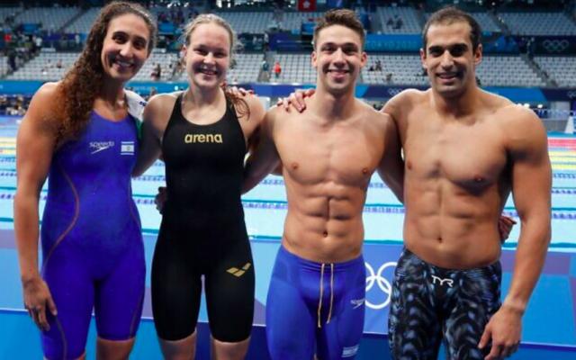 Les nageurs israéliens (de gauche à droite) Andi Murez, Anastasia Gorbenko, Gal Cohen Groumi et Itay Goldfaden au relais mixte 4x100 quatre nages aux Jeux olympiques de Tokyo 2020 le 29 juillet 2021. (Crédit : Simona Castrovillari/Comité olympique israélien)