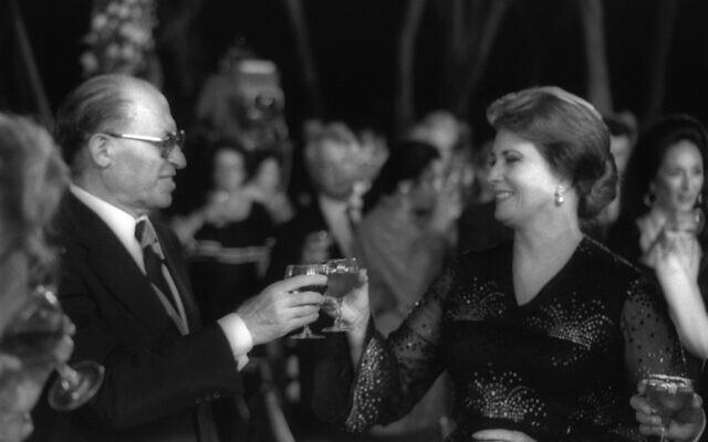 Le Premier ministre Menachem Begin (à gauche) et la Première dame égyptienne Jehan Sadat lors d'un dîner à l'hôtel Dan Carmel, à Haïfa, en septembre 1979. (Crédit : GPO Photo Archive/Yaacov Sa'ar)
