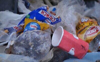 Des déchets plastiques jetés sur une plage en Israël. (Crédit : capture d'écran)