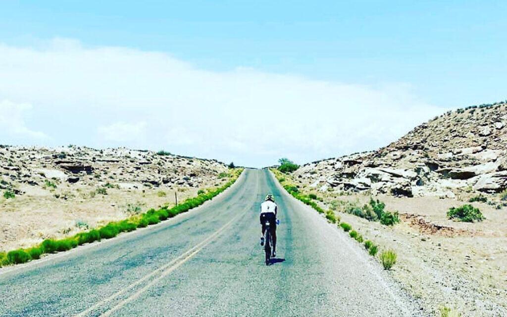 Leah Goldstein dans la chaleur du désert lors de la Race Across America 2021 (Crédit : Connie Cantrell)