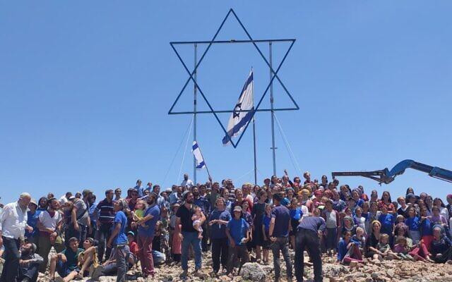 Des résidents israéliens à l'avant-poste illégal d'Evyatar en Cisjordanie avant son évacuation dans le cadre d'un accord avec le gouvernement, le 2 juillet 2021. (Autorisation)