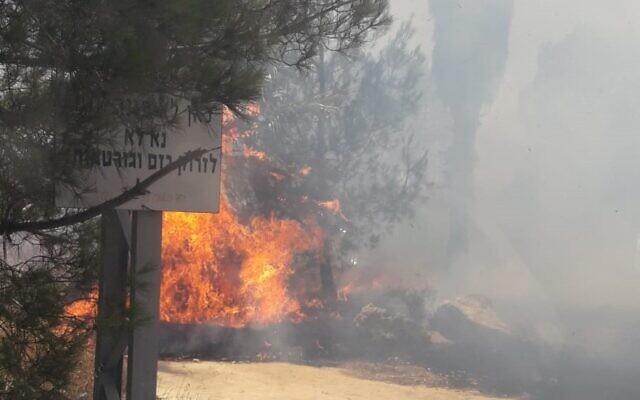 Un incendie près de l'implantation de Migdalim, en Cisjordanie, le 4 juillet 2021. (Crédit : Services de lutte contre les incendies d'Israël)