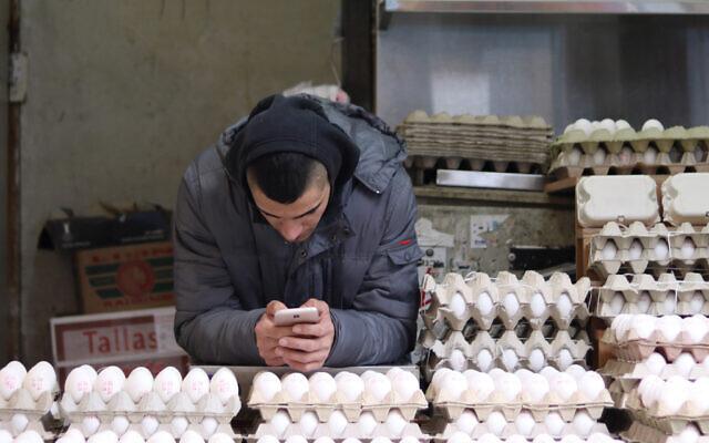 Un homme vend des œufs à un stand d'œufs sur le marché de Machane Yehuda, à Jérusalem, le 27 janvier 2018. (Crédit : Liba Farkash/ Flash 90)