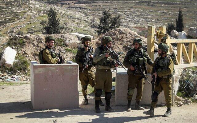 Photo d'illustration : Des soldats israéliens en Cisjordanie, le 10 février 2017. (Crédit : Wisam Hashlamoun/Flash90)