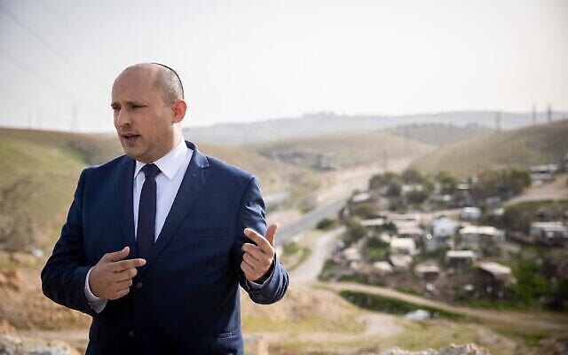 Naftali Bennett, chef du parti Yamina, lors d'une conférence du site d'information Srugim au-dessus du village bédouin de Cisjordanie Khan al-Ahmar, le 21 mars 2021. (Crédit : Yonatan Sindel/Flash90)