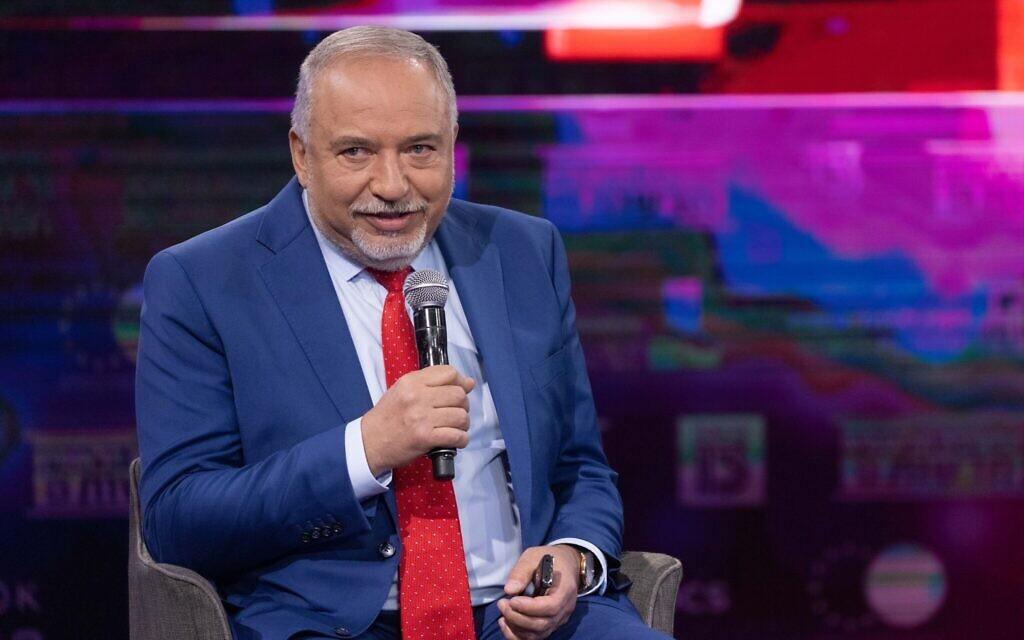 Le chef du parti YIsrael Beytenu,   Avigdor Liberman, lors d'une conférence de la Treizième chaîne à Jérusalem, le 3 juin 2021. (Crédit : Yonatan Sindel/Flash90)