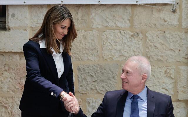 La nouvelle ministre de l'Éducation Yifat Shasha-Biton,  à gauche, serre la main du ministre sortant Yoav Gallant durant la cérémonie de passation du pouvoir au ministère de l'Éducation de Jérusalem, le 14 juin 2021. (Crédit : Olivier Fitoussi/Flash90)