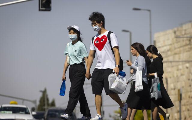 Des personnes portent le masque à Jérusalem, le 29 juin 2021. (Crédit : Olivier Fitoussi/Flash90)