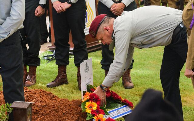 Le chef d'État-major Aviv Kohavi dépose une gerbe lors des funérailles du colonel  Sharon Asman au cimetière militaire de Kiryat Shaul, le 4 juillet 2021. (Crédit :  Avshalom Sassoni/Flash90)