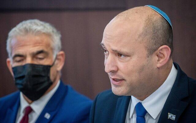 Le Premier ministre Naftali Bennett, à droite, avec Yair Lapid, Premier ministre d'alternance et ministre des Affaires étrangères, à gauche, lors d'une réunion du cabinet à la Résidence du Premier ministre de Jérusalem, le 20 juin 2021. (Crédit : Yonatan Sindel/Flash90)