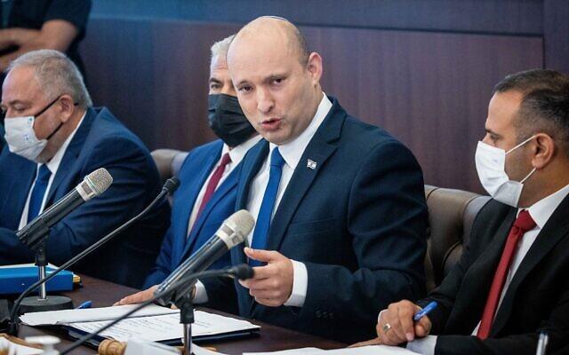 Le Premier ministre Naftali Bennett dirige la réunion hebdomadaire de cabinet au bureau du Premier ministre à Jérusalem, le 4 juillet 2021. (Crédit : Yonatan Sindel/Flash90)