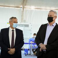 Le ministre de la Défense Benny Gantz, à droite, et le ministre de la Santé Nitzan Horowitz visitent une tente de dépistage du Covid-19 pour les passagers entrants à l'aéroport international Ben Gurion près de Tel Aviv, le 12 juillet 2021. (Crédit : Flash90)