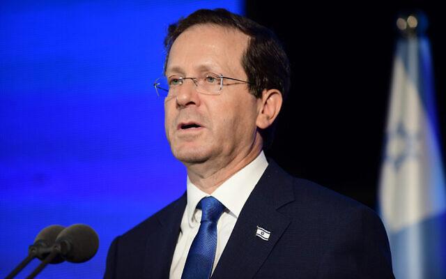 Le président Isaac Herzog s'exprime lors d'une cérémonie dans le centre d'Israël, le 14 juillet 2021. (Crédit : Tomer Neuberg/Flash90)