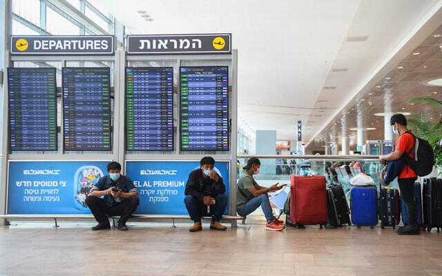 Des voyageurs à l'aéroport Ben-Gurion en Israël, le 15 juillet 2021. (Crédit : Flash90)