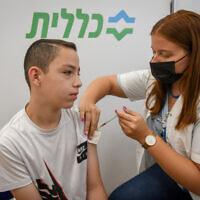 Un jeune Israélien se fait vacciner contre la COVID-19 à  Petah Tikva, le 19 juillet 2021. (Crédit : Flash90)