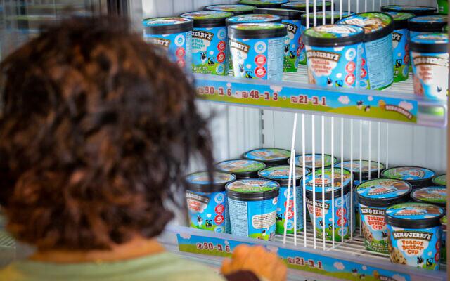 Des glaces Ben & Jerry's dans un supermarché de Yavne, le 20 juillet 2021. (Crédit : Flash90)
