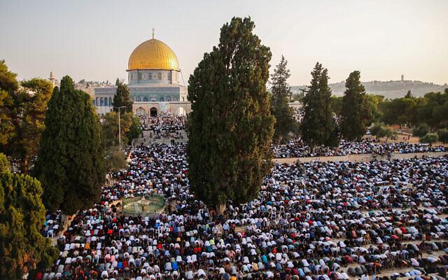 Des dizaines de milliers de Palestiniens prient à la mosquée d'Al-Aqsa, le 20 juillet 2021. (Crédit : Jamal Awad/Flash90)