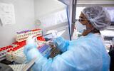 Des personnels médicaux effectuent des tests de dépistage à la COVID-19 à Jérusalem, le 22 juillet 2021. (Crédit : Olivier Fitoussi/Flash90)