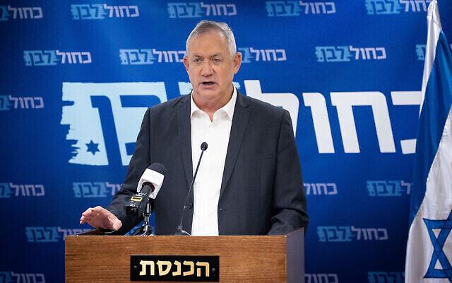 Le ministre de la Défense Benny Gantz lors d'une réunion de faction de Kakhol lavan à la Knesset, le 26 juillet 2021. (Crédit : Yonatan Sindel/Flash90)