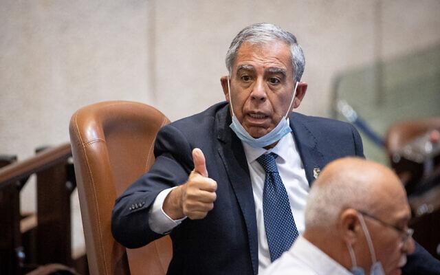 Le président de la Knesset Mickey Levy pendant une séance plénière à Jérusalem, le 26 juillet 2021. (Crédit : Yonatan Sindel/Flash90)