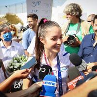 La médaillée de bronze olympique Avishag Semberg est accueillie par la presse, sa famille et ses amis à son arrivée à l'aéroport Ben Gurion, le 27 juillet 2021. (Crédit : FLASH90)