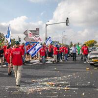 Des agriculteurs bloquent la jonction Bilu dans le cadre des manifestations organisées dans tout le pays contre le projet des ministères des Finances et de l'Agriculture d'ouvrir le marché des fruits et légumes à l'importation, le 29 juillet 2021. (Crédit : Yossi Aloni/Flash90)