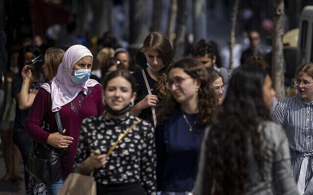Des personnes, dont certaines portent des masques, marchent dans la rue Jaffa à Jérusalem, le 25 juillet 2021. (Crédit : Olivier Fitoussi/Flash90)