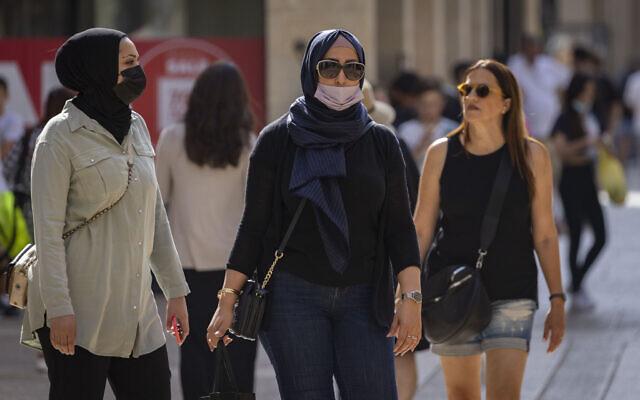Des personnes portent des masques de protection à Jérusalem, le 19 juillet 2021. (Crédit : Olivier Fitoussi/Flash90)