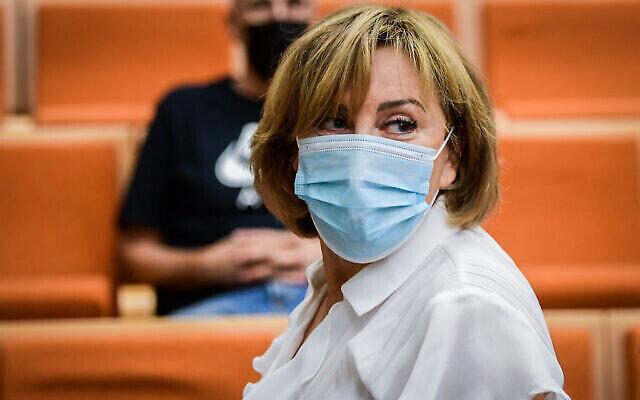 L'ancienne députée de Yisrael Beytenu, Faina Kirschenbaum, arrive pour son jugement au tribunal de district de Tel Aviv le 14 juillet 2021, accusée de crimes de corruption dont la corruption, la fraude et le blanchiment d'argent (Crédit :  Avshalom Sassoni/Flash 90)