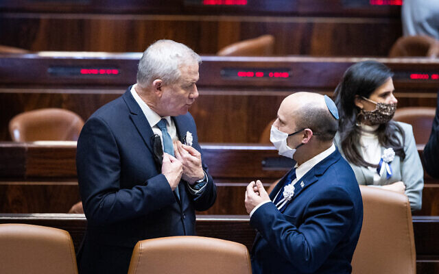 Le ministre de la Défense Benny Gantz (G) et le Premier ministre Naftali Bennett parlent pendant la cérémonie de prestation de serment du nouveau président Isaac Herzog, le 7 juillet 2021. (Crédit : YonatanSindel/Flash90)