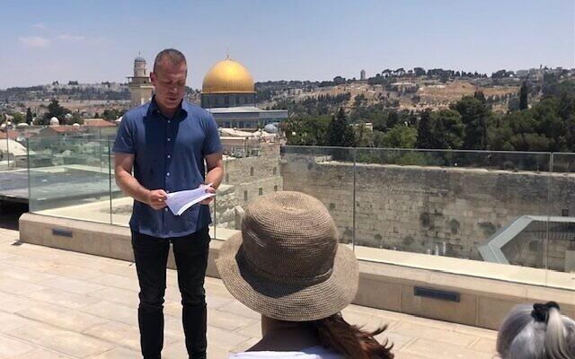 L'ambassadeur aux États-Unis et à l'ONU, Gilad Erdan, s'adresse aux diplomates du monde entier lors de la tournée d'une semaine en Israël qu'il a organisée, le 16 juillet 2021 (Crédit : Lazar Berman/Times of Israel).