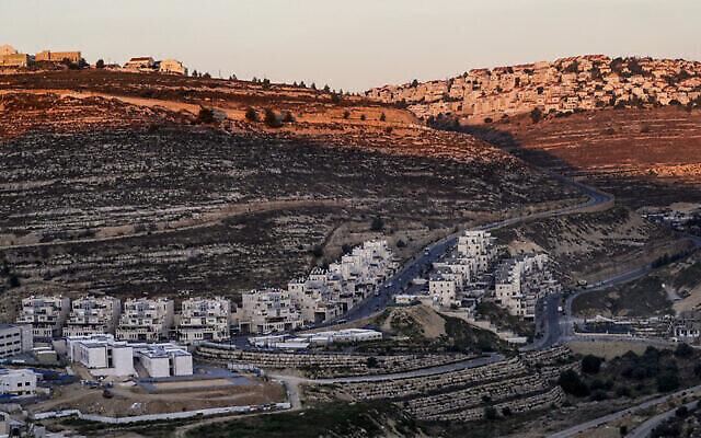 La colonie de Givat Ze'ev en Cisjordanie, le 25 juin 2020. (Crédit : Ahmad Gharabli/AFP)