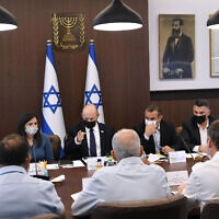 Le Premier ministre Naftali Bennett rencontre des responsables pour discuter des plans visant à lutter contre la violence et la criminalité dans les communautés arabes israéliennes, dans son bureau à Jérusalem, le 28 juillet 2021. (Crédit : Amos Ben Gershom/GPO)