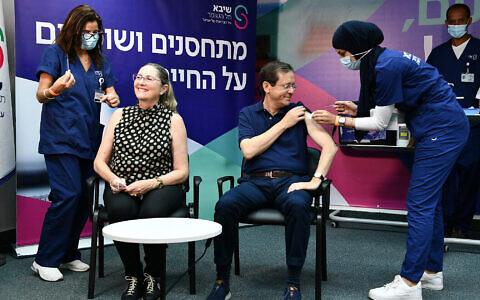 Le président Isaac Herzog et son épouse  Michal reçoivent leur troisième dose de vaccin contre le coronavirus à l'hôpital Sheba, le 30 juillet 2021. (Crédit : Haim Zach/GPO)