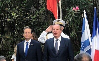 Le président Isaac Herzog (à gauche) et l'ambassadeur de France Eric Danon lors d'une célébration du Jour de la Bastille, à Jaffa, le 14 juillet 2021 (Crédit : Lazar Berman/Times of Israel)