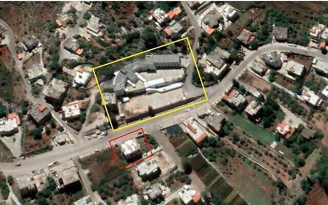 Un dépôt d'armes présumé du Hezbollah (en rouge) est visible  d'une école (en jaune) dans la ville d'Ebba, au centre du Liban, sur une image satellite prise le 1er juin 2020. (Crédit : Google Earth, contours ajoutés par The Times of Israel)