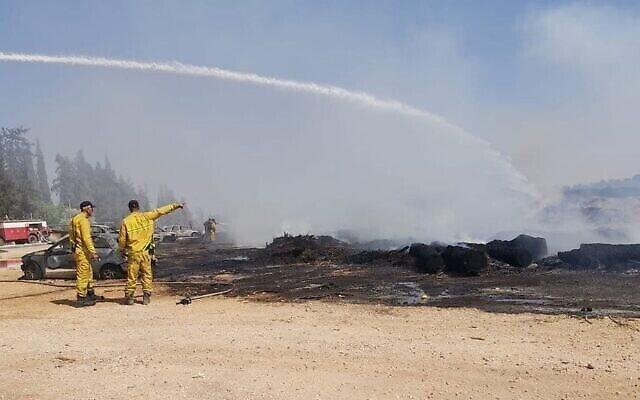 Un incendie à proximité du parc national de Gan HaShlosha dans le nord d'Israël, le 3 juillet 2021. (Crédit : Autorité israélienne de la nature et des parcs)