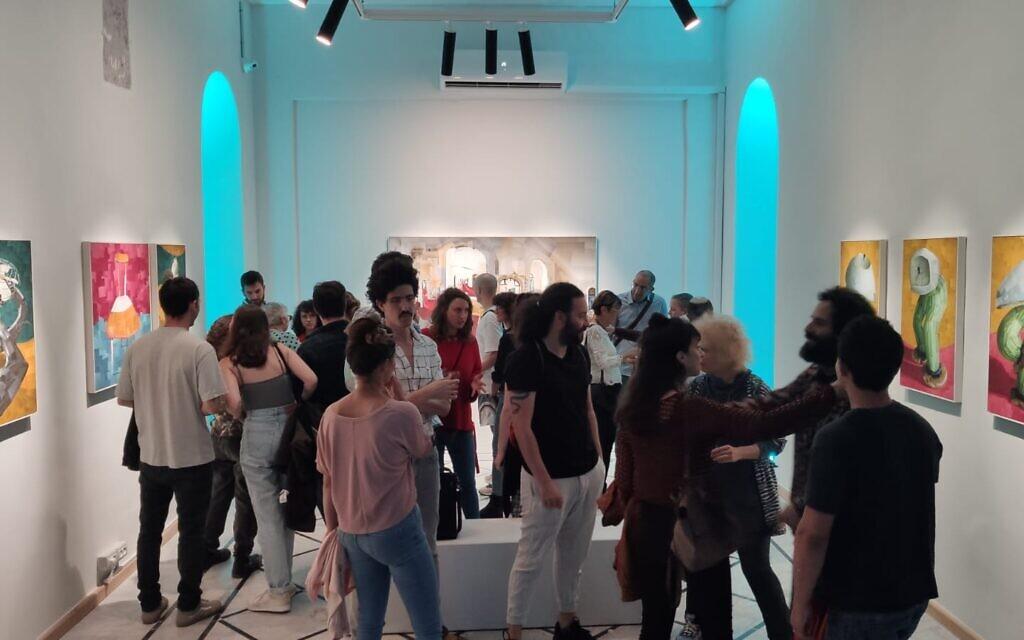 Soirée d'ouverture de l'exposition « Moves » de Kobi Vogman au collectif d'art HaMiffal à Jérusalem, le 2 juin 2021. (Autorisation)